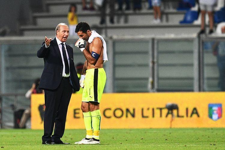 Penjaga gawang sekaligus kapten Italia, Gianluigi Buffon (kanan), berbicara dengan pelatih Giampiero Ventura usai pertandingan kualifikasi Piala Dunia 2018 melawan Israel di Reggio Emilia, 5 September 2017.