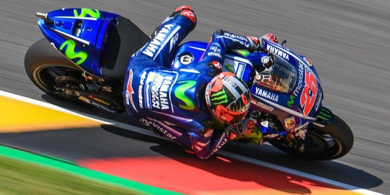 Pebalap Movistar Yamaha MotoGP asal Spanyol, Maverick Vinales, memacu motornya pada sesi pemanasan GP Jerman di Sachsenring, Minggu (2/7/2017).