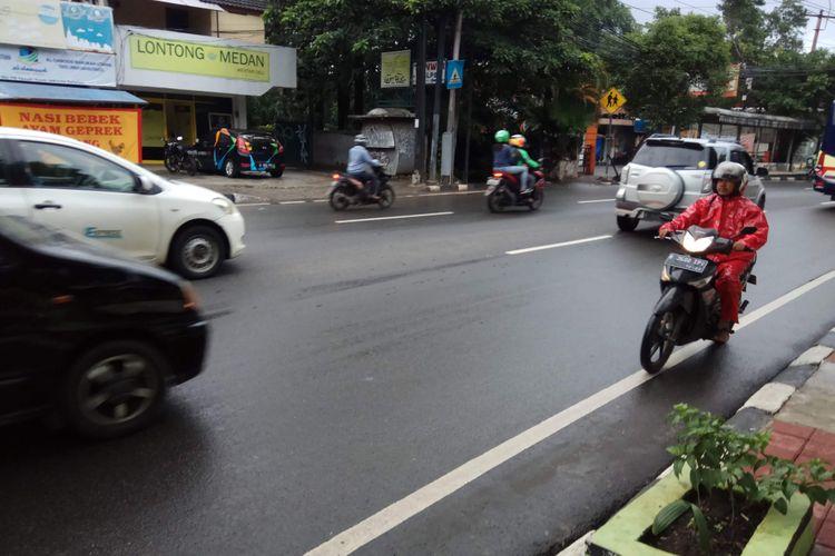 Pengendara motor melintas melawan arah.