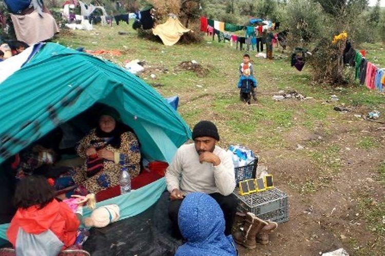 Keluarga migran di sebuah kamp di kepulauan Lesbos, Yunani.