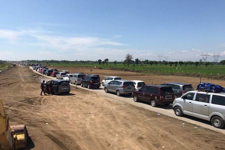 Kondisi aktual jalur tol darurat Brebes Timur-Pemalang-Batang, Senin (26/6/2017). Kondisi lalu lintas masih padat merayap.