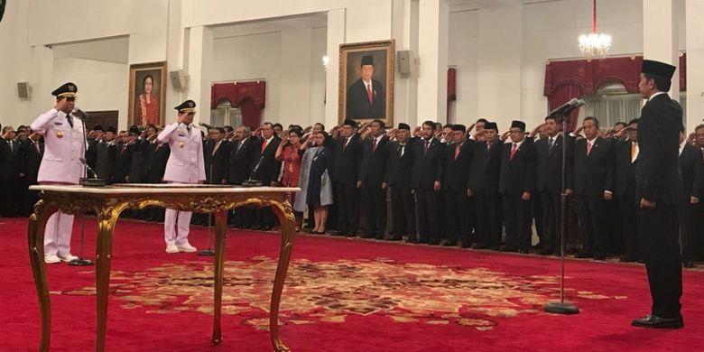 Presiden Joko Widodo melantik pasangan Anies Baswedan-Sandiaga Uno sebagai Gubernur dan Wakil Gubernur DKI Jakarta.
