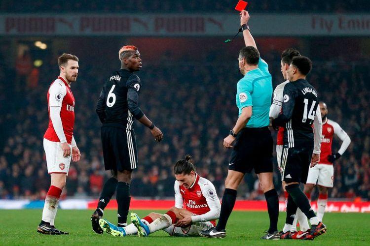 Paul Pogba mendapat kartu merah pada pertandingan antara Arsenal dan Manchester United di Stadion Emirates, Sabtu (2/12/2017).