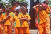 Penderita Psikiotik Diajak Bersih-bersih Pantai Agar Mandiri