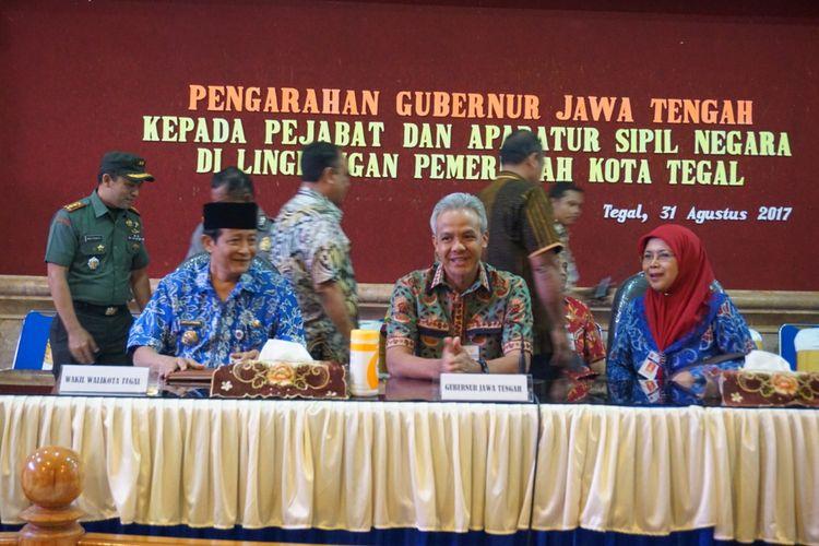 Gubernur Jateng Ganjar Pranowo memberikan pengarahan terhadap pejabat dan PNS di Kota Tegal pasca ditangkapnya Wali Kota Siti Masitha, Kamis (31/8/2017).