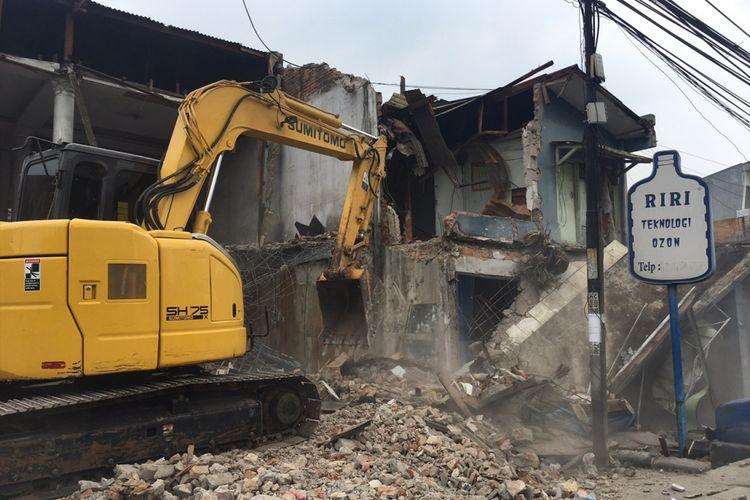 Pembongkaran rumah warga di wilayah Margahayu tepatnya di Jalan Juanda untuk pembangunan underpass Bulak Kapal di Kota Bekasi, Selasa (12/9/2017).