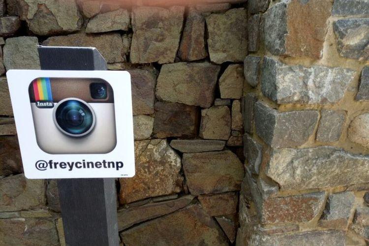 Menjelang pulang, pengelola taman nasional mengingatkan pengunjung agar sudi mampir ke laman Instagram milik Taman Nasional Freycinet, Tasmania.