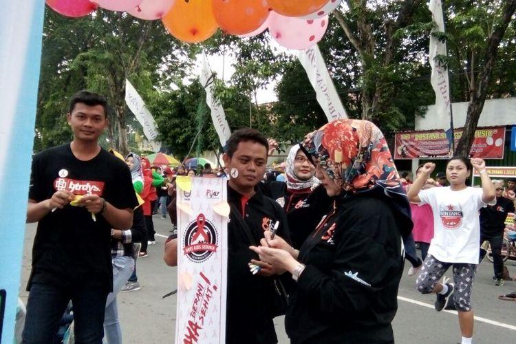 Aksi bagi-bagi balon serta selebaran untuk mengkampanyekan peduli HIV/AIDS di acara Car Free Day di jalan R Suprapto Purwodadi, Grobogan, Jawa Tengah, Minggu (3/12/2017) pagi.
