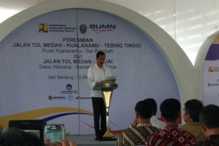 Presiden Joko Widodo saat meresmikan Tol Medan-Kualanamu-Tebing Tinggi ruas Kualanamu-Sei Rampah dan Medan-Binjai Seksi Helvetia-Semayang-Binjai, Sumatera Utara, Jumat (13/10/2017).