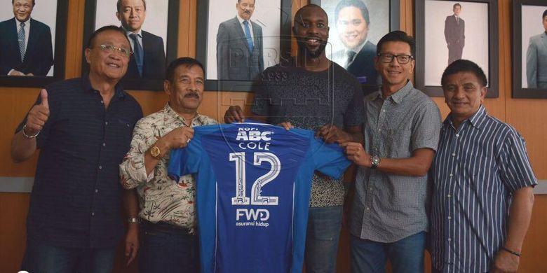 Pemain baru Persib Bandung, Carlton Cole, tiba di Graha Persib, Kamis (30/3/2017).