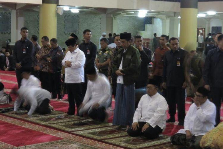 Presiden Joko Widodo dan Wali Kota Bandung Ridwan Kamil bersama jamaah lain saat menunaikan ibadah shalat subuh di Masjid Raya Bandung, Kamis (13/4/2017).