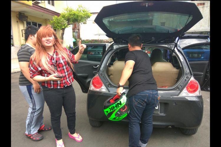 Elishia menunjukan kondisi mobil yang dipakainya untuk menaruh anjing peliharaannya ketika berpergian.