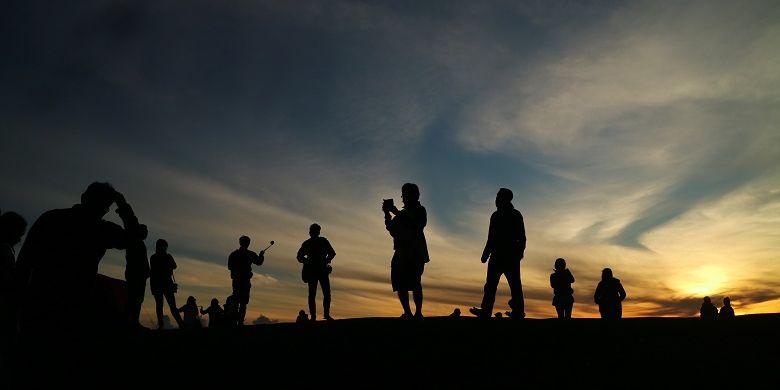 Wisatawan tengah mengabadikan momen-momen matahari terbit dari Puncak B29, Desa Argosari, Kecamatan Senduro, Kabupaten Lumajang, Jawa Timur, Selasa (11/4/2017). Pemandangan yang ditawarkan dari Puncak B29 adalah Gunung Bromo, Batok, Lemongan, Raung, Semeru, dan Argopuro.