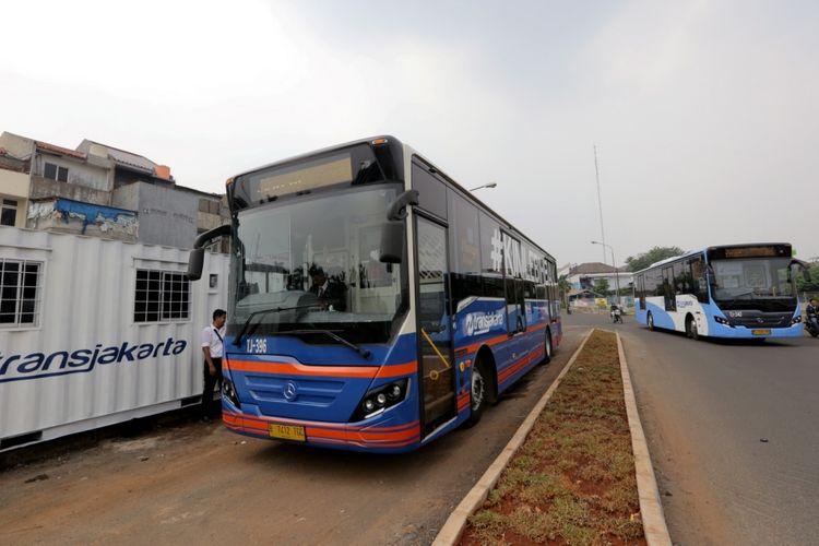 Bus transjakarta vintage series melintas di koridor 13 Cileduk - Tendean, Jakarta Selatan, Senin (14/8/2017). Layanan transjakarta koridor 13 mulai beroperasi hari ini, meskipun beberapa halte di koridor tersebut masih belum bisa difungsikan.