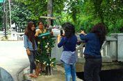 Warga Berpose Bersama Tiang Lampu yang Ditabrak Fortuner Berpenumpang Novanto