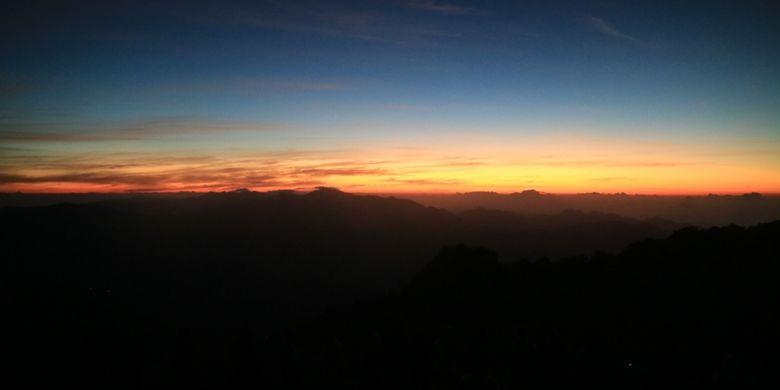 Suasana menjelang matahari terbit dilihat dari Puncak Danau Kelimutu, NTT.