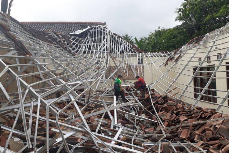 Kondisi atap gedung Unit Pelaksana Teknis (UPT) Pendidikan dan Kebudayaan (P dan K) Kecamatan Dayeuhluhur, Kabupaten Cilacap, Jawa Tengah yang ambruk, Sabtu (29/7/2017).