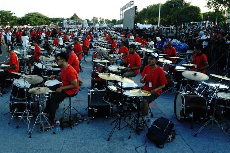 Sebanyak 203 penabuh drum iringi lagu Kebyar-Kebyar dan Rumah Kita di Road To Soundrenaline 2017 Surabaya