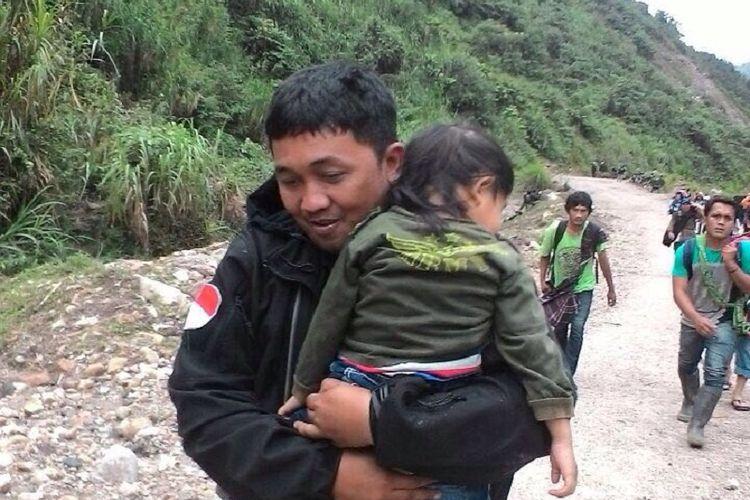 Warga yang diisolasi oleh kelompok kriminal bersenjata dievakuasi dari Kampung Kimberly, Kampung Banti, menuju Tembagapura, dengan pengawalan ketat personel TNI dan Polri pada Jumat (17/11/2017) sekitar pukul 11.00 WIT.