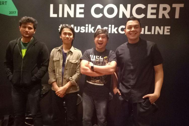 (Kiri ke kanan) Adam, Eros, dan Brian Sheila On 7 bersama vokalis Tulus berpose usai wawancara sebelum Line Concert di Grand City Hall, Surabaya, Jumat (8/9/2017).