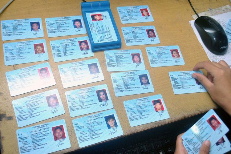 Petugas menunjukkan sejumlah KTP elektronik yang sudah dicetak dan akan didistribusikan kepada masyarakat di Kantor Dinas Kependudukan dan Pencatatan Sipil Kota Bogor, Jawa Barat, Selasa (3/10). Pemerintah melalui Kementerian Dalam Negeri memastikan bahwa semua masyarakat yang kini masih memegang surat keterangan akan segera memiliki KTP elektronik karena sebanyak 7,4 juta blanko hingga bulan Oktober telah disebar ke kantor Dinas Kependudukan dan Pencatatan Sipil di sejumlah daerah di Indonesia. ANTARA FOTO/Arif Firmansyah/foc/17.