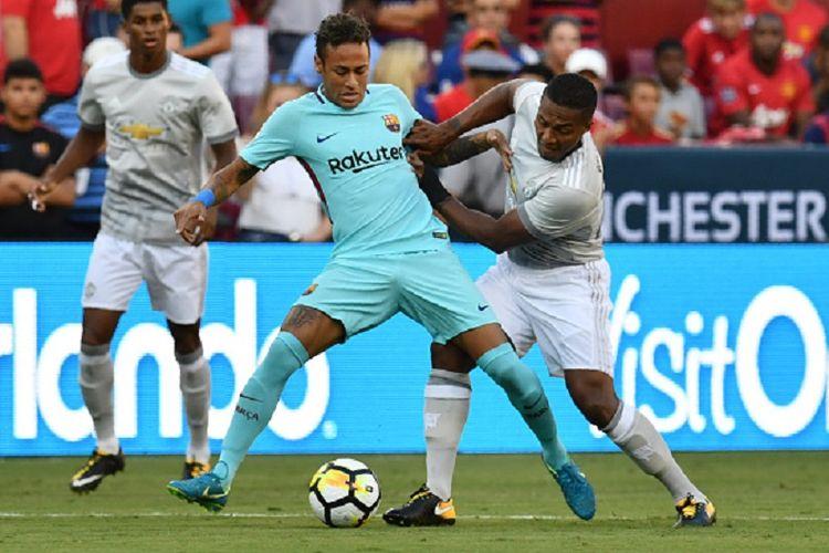 Neymar dan Antonio Valencia berebut bola dalam pertandingan ICC 2017 antara Barcelona dan Manchester United di Maryland, Rabu (26/7/2017).