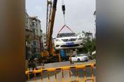 Parkir Sembarangan, Mobil Diangkat 'Crane' ke Atap Gedung