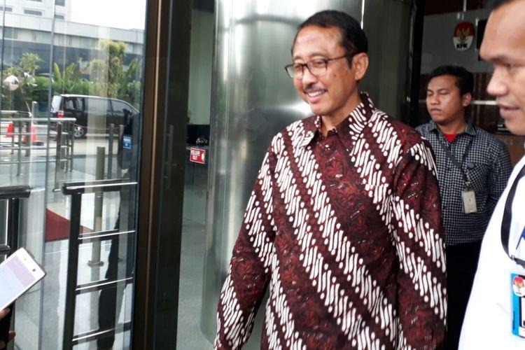 Mantan Kepala Badan Penyehatan Perbankan Nasional (BPPN) I Putu Gede Ary Suta usai menjalani pemeriksaan di Komisi Pemberantasan Korupsi (KPK), Kamis (15/6/2017)