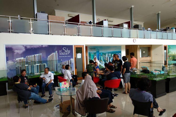 Para penghuni Cinere Bellevue menunggu kepastian dari manajemen PT Mega Pesanggrahan Indah, Sabtu (2/12/2017) terkait nasib hunian mereka yang terdampak kebakaran Oktober lalu