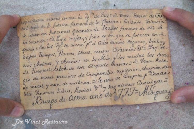 Kertas catatan yang ditulis tangan dan ditemukan dari dalam patung Yesus Kristus dari tahun 1777.