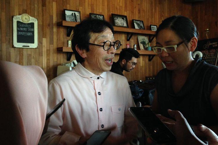 Kikuo Ibe, inovator jam tangan G-Shock berbicara kepada sejumlah wartawan dengan bantuan tenaga penerjemah dalam sebuah acara di Jakarta, Kamis (7/12/2017).