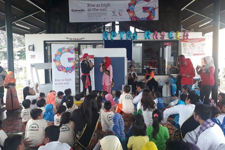 """Gramedia bekerjasama dengan Ruang Publik Terpadu Ramah Anak (RPTRA) Rasela, Rawa Badak Selatan, mengadakan event seru """"Fun Learning with Gramedia"""" bertepatan dengan peringatan Hari Anak Nasional, pada hari Minggu, 23 Juli 2017."""