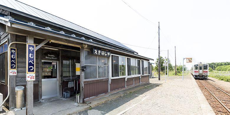 Untuk memasuki area dalam stasiun ini pun, setiap pengunjung tidak perlu melewati pintu otomatis yang biasa ada di stasiun kereta pada umumnya.