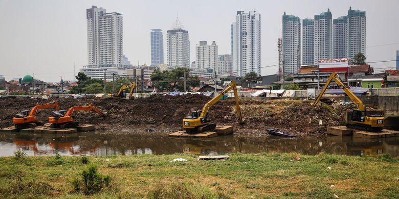 Pekerja mengeruk lumpur menggunakan ekskavator di Kanal Banjir Barat (KBB) sungai Ciliwung di Tanah Abang, Jakarta Pusat, Senin (11/9/2017). Pengerukan lumpur dilakukan untuk memperlancar aliran air sungai serta mengantisipasi datangnya musim hujan yang mengakibatkan banjir yang kerap terjadi di Jakarta.