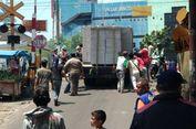 Truk Pengangkut Beton yang Mogok Tersangkut di Pelintasan KRL
