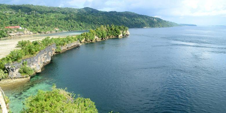 Tebing Puncak Kolagana merupakan salah satu destinasi wisata yang baru bagi Kota Baubau. Dari atas tebing ini terlihat beberapa gugusan pulau dengan indahnya air laut yang biru.