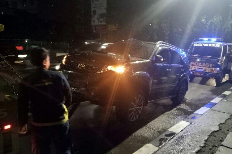 Toyota Fortuner yang diduga milik Setya Novanto lagi diderek dan sempat dihentikan polisi di jalan, Kamis (16/11/2017).