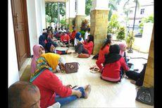 Kompak Pakai Baju Merah, Warga Soraki Bos Pandawa Saat Tiba di PN Depok