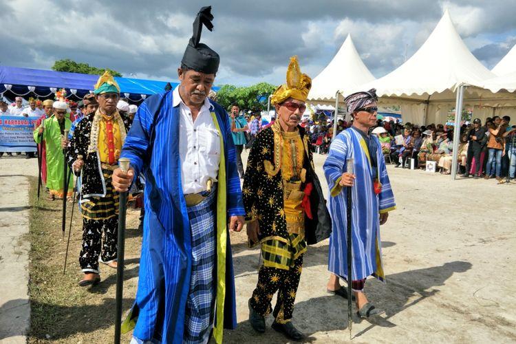 Rombongan tetua adat saat tampil di parade kebudayaan bahari, Wonderful Festival and Expo 2017 atau Wakatobi Wave 2017 di Pelabuhan Panggulubelo, Pulau Wangi-wangi, Kabupaten Wakatobi, Provinsi Sulawesi Tenggara, Sabtu (11/11/2017).