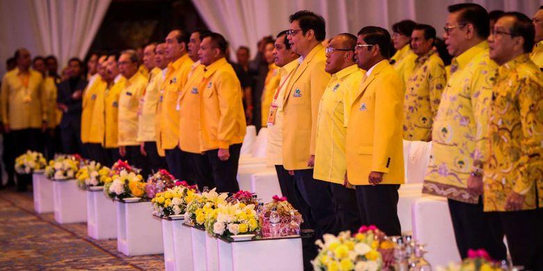 Para pimpinan partai Golkar hadir saat pembuka Rapat Pimpinan Nasional (Rapimnas) Partai Golkar di JCC, Senayan, Jakarta, Senin (18/12/2017). Rapimnas tersebut merupakan kelanjutan dari rapat pleno pada Rabu (13/12/2017) yang telah memilih Airlangga Hartarto selaku Ketua Umum Golkar menggantikan Setya Novanto sebagai pengisi jabatan lowong.