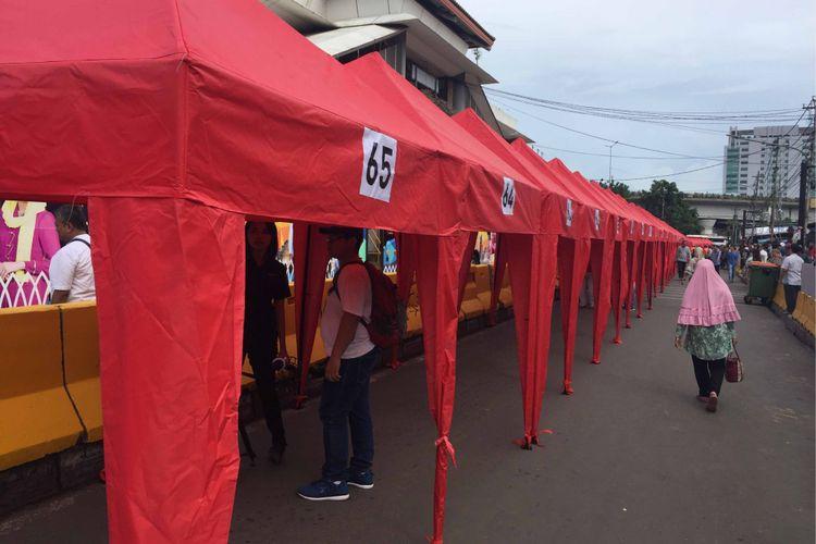 Ratusan tenda mulai dipasang di depan Stasiun Tanah Abang, Jumat (22/12/2017).