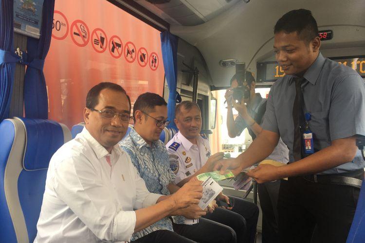 Menteri Perhubungan Budi Karya Sumadi melakukan uji coba dengan menaiki bus Transjabodetabek premium rute Mega City Bekasi-Plaza Senayan, Selasa (19/9/2017).