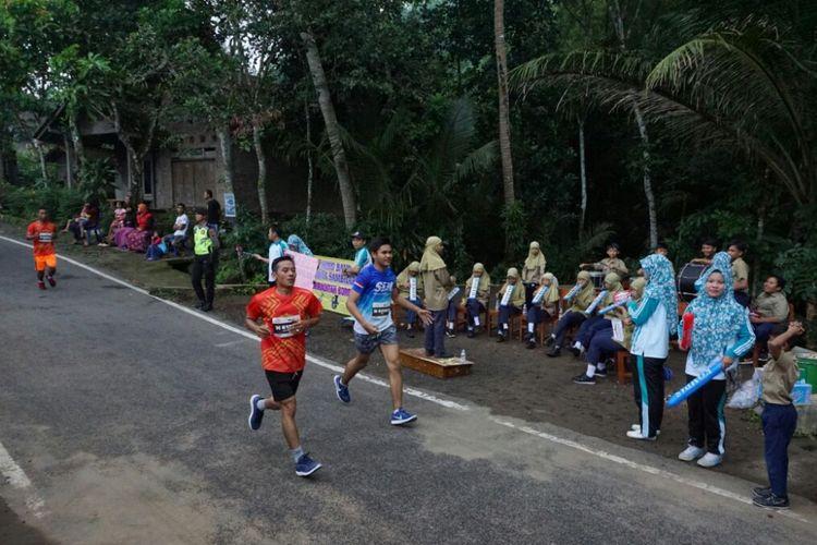 Siswa-siswi SD Muhammadiyah Borobudur main marching band agar atlit lari Indonesia juara