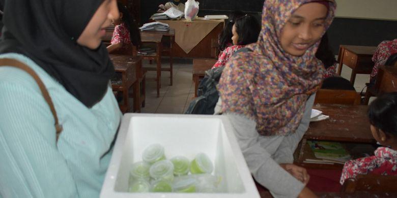 Es krim sawi buatan Davidy dan teman-teman sekelompoknya disambut hangat oleh anak-anak yang tinggal di sekitar Politeknik Negeri Jember.