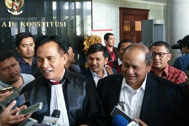Ahli Hukum Tata Negara, Yusril Ihza Mahendra dan Mantan anggota DPR dariPDI-P,IzedrikEmir Moeis saat ditemui  di Mahkamah Konstitusi, Jakarta, Kamis (14/9/2017).