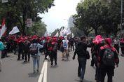 Massa Buruh Mulai Memadati Jalan Medan Merdeka Selatan