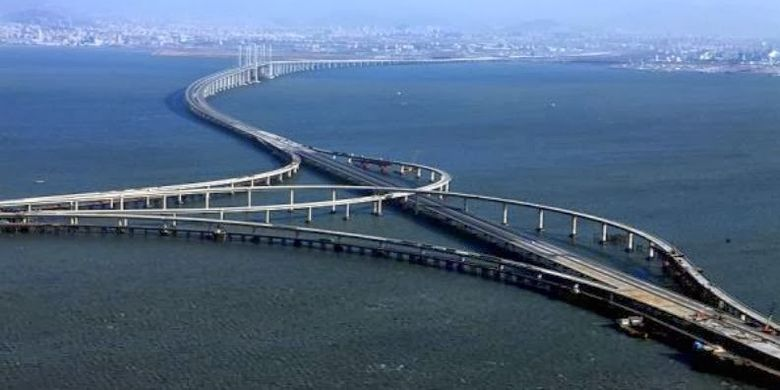 Dengan panjang 164,8 kilometer, jembatan ini dinobatkan menjadi yang terpanjang di dunia.