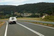 Hati-hati Berkendara, Banyak Infrastruktur Jalan Tidak Ideal