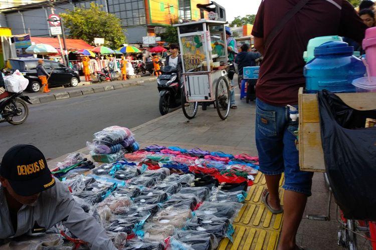 Trotoar di depan Stasiun Tanah Abang, Jumat (24/11/2017) sore pukul 16.00 WIB.