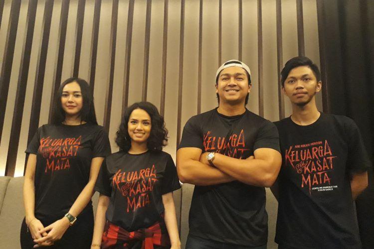 Tiga pemain film Keluarga Tak Kasat Mata, Aura Kasih (kiri), Wizzy Williana (tengah), Deva Mahendra (kedua kanan), saat menghadiri Gala Premier film tersebut di bioskop Cinemaxx Lippo Plaza Bogor, Jumat (17/11/2017).